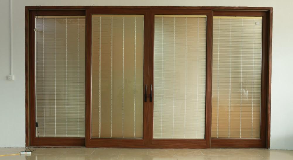 保留纯实木门窗特性和功能,将隔热断桥铝合金型材和实木通过机械方法复合而成的框体, 解决了木材和金属收缩系数不同的问题;  外铝内木,室内是温馨高雅的实木门窗,室外则是高贵豪华的铝合金表面;  铝包木门窗环保性,装饰性,节能性高于铝合金门窗。 推荐应用范围: 高档住宅,别墅等的花园门,入户门,室内的隔断门,阳台门等。