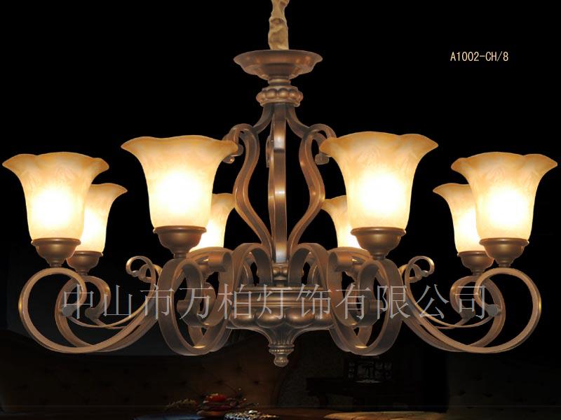 本系列是我公司自主开发设计生产的美式灯新品,欧式现代简约风格,灯体以经典的古铜色为主,配以白底花朵灯罩,高贵典雅,适合酒店会所客房大厅,展厅,家装客厅餐厅等场所。在公司门市和展厅受到来往客商的高度亲睐,欢迎全国客商来电详询,或到公司展厅和门市实地参观考察。 型号:A1001-CH3D 规格:607*542mm  型号:A1002-CH3U 规格:654*521mm  型号:A1001-CH5D 规格:707*555mm  型号:A1001-CH6 规格:715*532mm  型号:A1001-CH8 规格